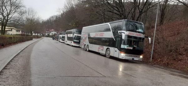 Vier Stockbusse brachten die 310 Gäste aus Serbien nach Pyhra, Niederösterreich