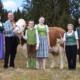 Familie Gspurning (von links): Ingrid, Klaus, Simon, Katharina, Dorothea und Simon sen. mit Kuh OPERETTE