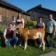 Familie Hurnaus (Martin, Martina, Eveline, Josef) mit Kuhkalb MIAMI (V.: Herzpochen), ihrem höchsttypisierten Jungrind (gGZW: 135 und MW 130)