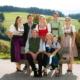 Familie: vorne sitzend Johannes (60), Maria (57), Matthias (4); stehend v. li.: Christina (30), Johannes (34), Monika (31), Michael (27) und Julia (26)