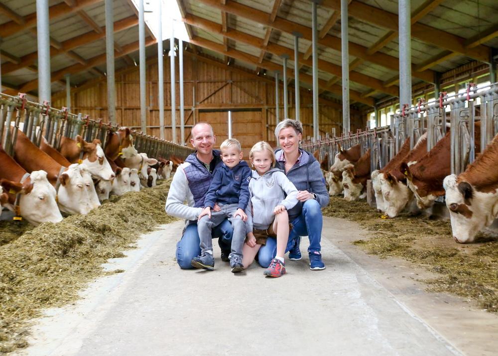 Betriebsführer Erich mit seiner Frau Karin und den Kindern Katja und Elias