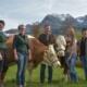 Familie Gösweiner, v. l.: Teresa, Stefanie, Herbert, Maria und Eva mit den 100.000 Literkühen MARGOT und ALMA